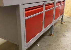 stół warsztatowy + 4 szafki metalowe
