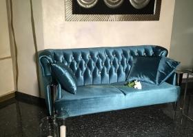 turkusowa sofa stylowa pikowana w stylu glamour