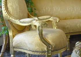 fotel w stylu barokowym złoty