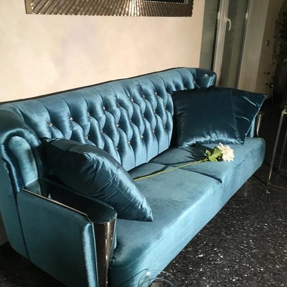 sofa w stylu nowojorskim glamour pikowana