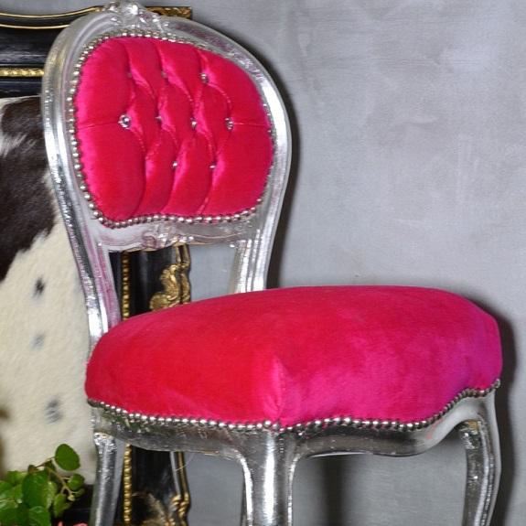 stylowy fotel ludwikowski z kryształami różowy